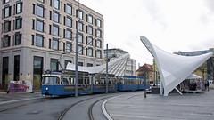P-Zug 2006/3004 steht an der neuen Haltestelle Schwabinger Tor (Frederik Buchleitner) Tags: 2006 3004 linie23 munich münchen pwagen schwabingertor strasenbahn streetcar tram trambahn