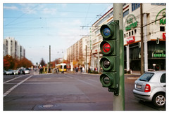 analog - EOS 300X / EF 40/2.8 - Fujicolor C 200 (tom-schulz) Tags: eos300x ef4028 fuji200 film 35mm analog frame rahmen berlin thomasschulz strase ampel fahrradampel strasenbahn tram fujicolor c200