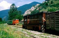 CFR narrow gauge Turda-Abrud line: Passengers crosses freight train at Buru station, 14-7-1995. (Paul-760) Tags: turdaabrud torda transsylvania romania narrow gauge schmalspur kisvasút erdély siebenbürgen 760mm smalspoor roemenië l45h faur