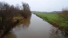 Storeåen i vinterdress (Steenjep) Tags: sony wx500 natur nature å river stream soreå vand water eng græs grass træ tree sky himmel gråvejr