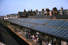 Cullercoats railway station, North Tyneside, 25/08/1976 [slide 7649] (graeme9022) Tags: loop northern eastern east england uk train passengers many residential street scene townscape seaside transport transportation roof canopy ner ornate local executive pte tyne wear 1970s warwick royston burton