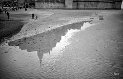 en passant par le Mont St Michel (Jack_from_Paris) Tags: l3008145bw leica m type m10p 20021 leicaelmaritm28mmf28asph 11606 dng mode lightroom capture nx2 rangefinder télémétrique bw noiretblanc noir et blanc monochrom wide angle mont saint michel basse normandie sable regard landscape paysage reflet eau water personnes