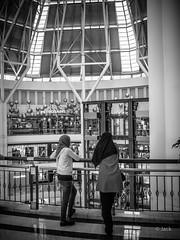 en passant par KL (Jack_from_Paris) Tags: p1000124bw panasonic dmcgx8 pancake14mmf25asph pancake wide angle micro 43 raw mode dng lightroom rangefinder télémétrique capture nx2 lr monochrom noiretblanc bw kl kuala lampur street centre commercial voile voilées femmes