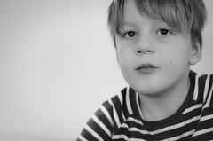 (Janine en Ron) Tags: boy jongen 7jaar 7yearold portret portrait youth jeugd kind child childhood monochrome zwartwit indoors