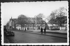 Archiv S132 Ortschaft, 1950er (Hans-Michael Tappen) Tags: archivhansmichaeltappen ortschaft fachwerkhaus architektur auto strase kopfsteinpflaster bürgersteig trottoir 1950s 1950er