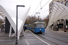 Halt am Schwabinger Tor: P-Zug 2006/3004 an der neuen Haltestelle (Frederik Buchleitner) Tags: 2006 3004 linie23 munich münchen pwagen schwabingertor strasenbahn streetcar tram trambahn