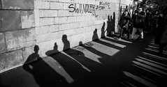Shadows & swindler (Phg Voyager) Tags: bw leica summilux paris montmartre city urban black white art photography phgvoyager shadow people swindler deaf wall street urbanscape cityscape crowd tag mp ombres 24mm