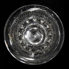 #macromondays  #centersquare b&w (BrigitteE1) Tags: weinglas antik old wineglass quadrat quadratisch bw sw center zentrum square pretty makro macro macromondays centersquarebw boden bottom hmm