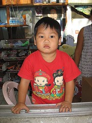 boy with his chinese new year shirt (the foreign photographer - ฝรั่งถ่) Tags: boy child chinese new year shirt window bangkhen bangkok thailand canon