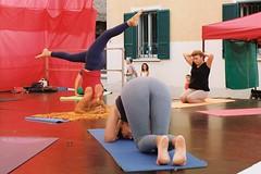 Yoga time (sirio174 (anche su Lomography)) Tags: yoga hathayoga sagra sagragioventù oratorio sangiorgio como italia italy barefoot piedinudi canonav1 canon lomographycn100