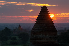 Lever de soleil sur les temples de Bagan (Seb & Jen) Tags: bagan myanmar burma birmanie mandalayregion myanmarbirmanie oldbagan nyaungu royaumedepagan temple pagoda pagode bulethi sunrise lever soleil