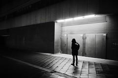 Nightwalk (12): Closed (Guido Klumpe) Tags: night nightshot nacht nachtaufnahme longexposure sw schwarzweis blackandwhite bnw bw monochrome kontrast contrast gegenlicht shadow schatten silhouette gebäude architecture architektur building perspektive perspective candid street streetphotographer streetphotography strasenfotografie strase hannover hanover germany deutschland city stadt