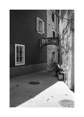 (Oeil de chat) Tags: nb bw monochrome film pellicule argentique 35mm voigtlander bessa r2a colorskopar kodak trix rodinal slovénie piran voyage streetphoto ruelle ombres urbain