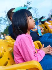 在孙文公园音乐节 15 (C & R Driver-Burgess) Tags: child boy girl mother sister brother look sit family afternoon sunlight audience music festival park grass pine trees tamronspaf2875mmf28xrdildasphericalif stadium