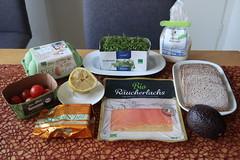 Zutaten für Vollkornbrot mit Bio-Lachs, Avocado und pochiertem Ei (multipel_bleiben) Tags: essen vollkorn brot avocado lachs eier schnellzubereitet frühstück fisch