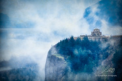 Crown Point Vista House, Columbia River Gorge, Oregon. (Dude with a Camera) Tags: crownpointvistahouse columbiarivergorge oregon 2018 river mist clouds fog