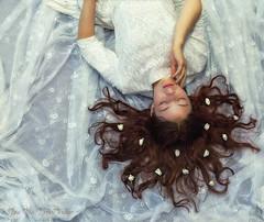 White Lace (Rita Eberle-Wessner) Tags: weis white whitelace weisespitzen mädchen frau lady girl woman whitedress weiseskleid porträt portrait people menschen dreaming träumen blumen flowers redhair redhead rotehaare