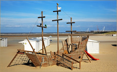 Sur la plage de Zeebruges, Belgium (claude lina) Tags: claudelina belgium belgique belgië zeebruges mer sea merdunord noordzee bruges plage sable cabine bateau ship boat
