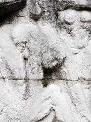 Das Gebeugtsein. / 09.11.2018 (ben.kaden) Tags: berlin berlinmitte marxengelsforum wernerstötzer altewelt bildhauereiderddr kunstderddr skulptur relief marmor 1985 1986 detail 2018 09112018 kunstimöffentlichenraum kunstimstadtraum