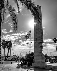 Rambla Vilanova i la Geltrú (Raúl Gallego Huete) Tags: olympusomdem10markiii sigma16mm14 bandera sun sky monument monumento street streetphotography blackandwhite blancoynegro