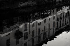 Riflettendo... (carlo612001) Tags: vecchiamilano milano milanonavigli navigliogrande acqua monocrome bnw streetart art water