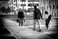 L'heure de la leçon de musique... / Time of music lesson... (vedebe) Tags: ville city rue street urbain urban humain human homme femme enfant musique violon noiretblanc netb nb bw monochrome