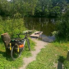 Здесь есть все для отличного привала и купания. Плаваю долго, вода превосходна. На другом берегу стоят палатки, Битюг очень популярен среди жителей Воронежской области.