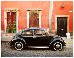 Mexican style (Harry Szpilmann) Tags: vw volkswagen mexico architecture sanluispotosi streetphotography classic vintage car mexique