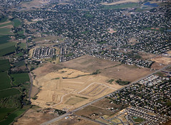 2018_07_18_den-pdx030 (Nfrastructure) Tags: 20180718 denpdx ascent aerial windowseat windowshot aviation flying brown suburb sprawl thornton thontoncolorado denver denvercolorado radio transmitter tower antennas array directional development khow know630