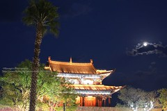 Dali, East Gate with moon (blauepics) Tags: china chinese chinesisch yunnan province provinz dali city stadt downtown old town houses häuser buildings gebäude architecture architektur altstadt history geschichte osttor tor gate east night nacht moon mond