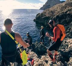 🏊♀️ 🏃🌞 L'équipe du jour est au complet, notre guide du jour Bernard va nous indiquer l'endroit précis de la grotte, car elle n'est absolument pas visible de l'extérieur. 🏊♀️ 🏃 .  🏊♀️ 🏃:sun_wit (akunamatata) Tags: ifttt instagram swimrun outdoor trailrunning swimming