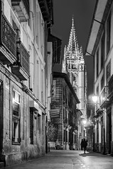 Calle Santa Ana, Oviedo (ccc.39) Tags: asturias oviedo calle noche catedral torre arquitectura ciudad blancoynegro byn bw black white night street city urban