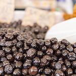 Italienische eingelegte Oliven auf dem Markt in Rom thumbnail
