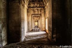 Dans les couloirs d'Angkor (Lцdо\/іс) Tags: angkorwat vat angkor siemreap cambodge cambodia historic history khmer kambodscha asia asian asie temple buddhisme buddha world unesco architecture archeological archaeological park parc lцdоіс travel trip explore lumière soleil sun lights