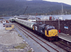 37416 waiting to leave Kyle of Lochalsh with a service to Inverness on the 23-06-1989. (Robert Lewis(railhereford)) Tags: 37416