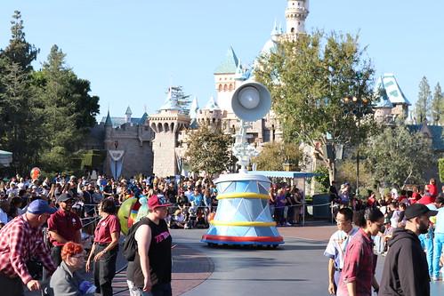 "Luxo Jr. - Pixar Play Parade Disneyland • <a style=""font-size:0.8em;"" href=""http://www.flickr.com/photos/28558260@N04/31103013027/"" target=""_blank"">View on Flickr</a>"