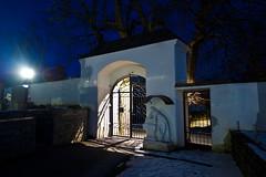 Friedhof Weitersfeld (Christian Pischinger) Tags: nacht abend abendlicht blauestunde kirche friedhof tor eingang