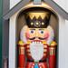 Nussknacker König rot gelb in Häuschen am Neumarkt in Köln