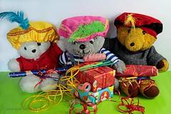 WE ARE VERY BUSY || WIJ HELPEN SINTERKLAAS (Anne-Miek Bibbe) Tags: bear teddybear beertje teddybeer beer speelgoedbeer nounours speelgoed toy spielzeug giocattoli juguetes bringuedos jouets sinterklaas cadeautjes inpakken feest canoneos700d canoneosrebelt5idslr annemiekbibbe bibbe nederland 2018