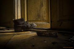 One step in time (MIKAEL82KARLSSON) Tags: decay abandoned left forgotten övergivet övergiven old öde ödehus shoe boot sko känga gammal ue urbanexplorer utforska explorer expo flickr sverige sweden dalarna bergslagen träd door step dörr sunlight sony a7ll samyang 24mm mikael82karlsson