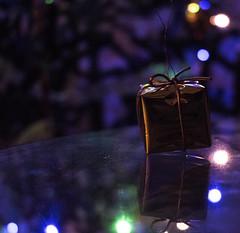 Navidad (helenabalbas) Tags: navidad regalo reflejo luces light nikon d5600 home winter invierno gold oro present decoracion fiestas azul blue verde green decoration colores colour colours interior