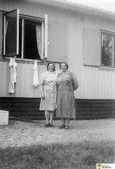tm_5970 (Tidaholms Museum) Tags: svartvit positiv fotografier gruppfoto människor kvinnor bostadshus exteriör vädring kökshandduk