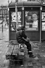 Ascenseur social (Mathieu HENON) Tags: leica leicam noctilux 50mm m240 laphotodulundi monochrome nb bw bnw noirblanc blackwhite street streetlife france paris 3èmearrondissement placedelarépublique banc rêve ascenseursocial kiosque trottoir photoderue parisien