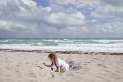To the sea (Z!SL) Tags: ginger redhead sonyphotographing sony a6300 sel24f18za sonnar carlzeiss zeiss people seashore florida horizon bleu blau blue sky water sea sand children kids