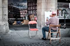 (fernando_gm) Tags: madrid street calle callejera colour color city ciudad plazamayor gente people person persona personas human hombre humano hombres dibujante fuji fujifilm f14 35mm españa europa europe xt1
