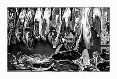Pas vraiment Végan.... (francis_bellin) Tags: 2018 mercadodeatarazanas blackandwhite málaga andalousie monochrome noiretblanc street streetphoto jambon décembre photoderue bw marchand rue espagne