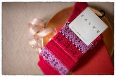 Geschenk Wintersocken der Firma Falke (videamus) Tags: damensocken präsent socken strick stricklocken firma falke winter weihnachten strickware sticksocken für damen lieblich geschenk weihnachtsgeschenk rot red socks schleife gröse