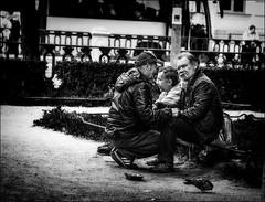 Conciliabule... / Secret meeting... (vedebe) Tags: ville city rue street urbain urban homme hommes humain human noiretblanc netb nb bw monochrome