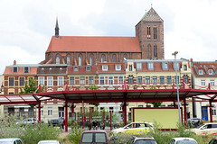 3155   Blick über den ZOB - Busbahnhof in der Hansestadt Wismar zur Sankt Nikolaikirche;  Die Kirche wurde von 1381-1487 als Kirche der Seefahrer und Fischer erbaut. Sie gilt als Meisterwerk der Spätgotik und ist als Teil der Wismarer Altstadt seit 2002 a (stadt + land) Tags: zob busbahnhof sankt nikolaikirche kirche seefahrer fischer meisterwerk spätgotik wismarer altstadt liste unesco weltkulturerbe hansestadt wismar neue hanse hansebund ostseeküste mecklenburg vorpommern städtebund hafen hafenstadt