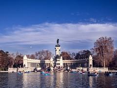 """Estanque del Retiro"" (Madrid). (alfonsoscg) Tags: fujifilm madrid parquedelretiro xt20 xc1650mmf3556 ois ii ƒ80 167 mm 1500 20 embarcaciones agua water azul blue rojo red"